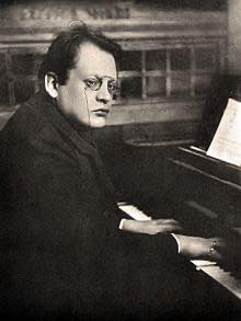 Th_max_reger_playing_piano